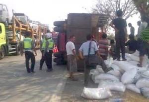 TERGULING: Truk bermuatan gula pasir yang terguling di jalur pantura Demak, Rabu (1/7) kemarin.
