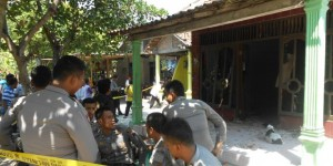 KOMPAS.com (ARI WIDODO) Petugas mengamankan rumah tersangka, Supriyadi (30), di Desa Wonowoso, Kecamatan Karangtengah, Demak, yang menjadi lokasi pelaku mengamuk dan menyerang warga sehingga mengakibatkan tiga anak menjadi korbannya, Minggu (26/7/2015)