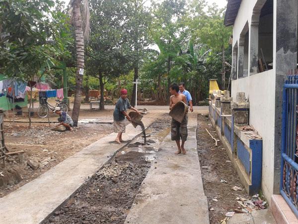 Warga Kuanyar Jepara Perbaiki Jalan Kampung