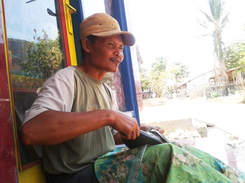 Zarkoni Menjahit Sepatu dan Servis Payung Sudah Puluhan Tahun
