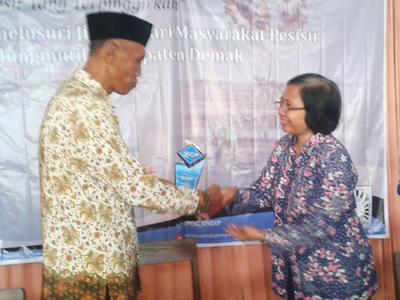 Dr. Yety Rochwulaningsih , MSi : Petambak Garam Masih Terpinggirkan