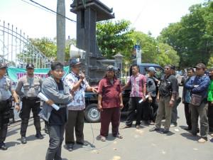 Demo LSM Demak Tuntut Singgih Mundur