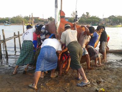 Inilah Gotong Royong Turunkan Perahu di Pesisir Demak