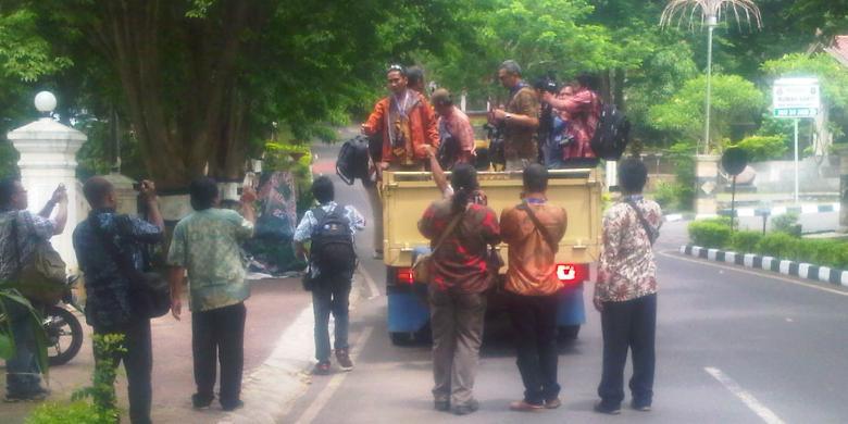 Kasihan , 50 Wartawan Pulang Menumpang Truk Boikot Liput Jokowi