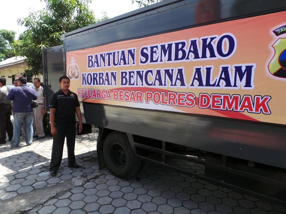 Polisi Demak Peduli Bencana Tanah Longsor Banjarnegara