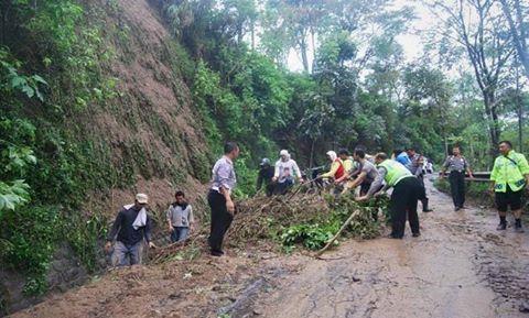 Hujan Lebat  dan Longsor , Timbun Jalan Bungu – Bate Gede