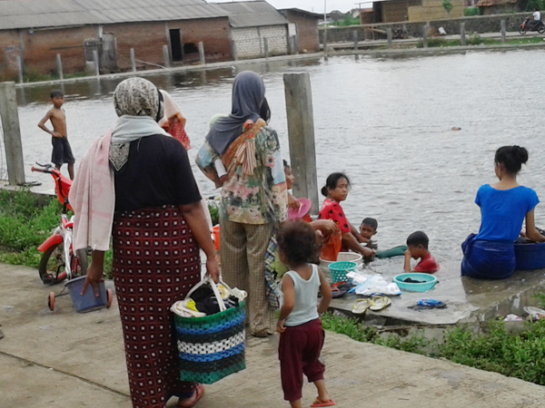 Ngirit Pengeluaran Keluarga, Mandi dan Cuci Pakai Air Kolam