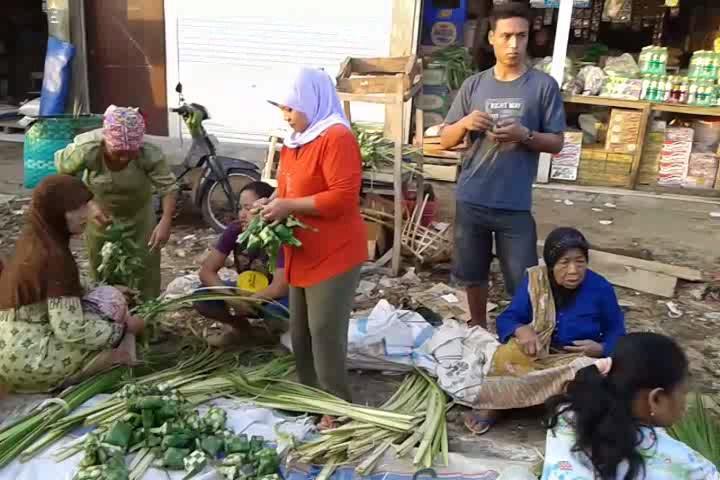 Sambut Badha Kupat , Janur dan Ketupat Laris Manis