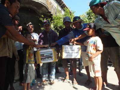 Ringankan Keluarga Korban Pembunuhan, Warga Desa Wonowoso Turun ke Jalan Galang Sumbangan