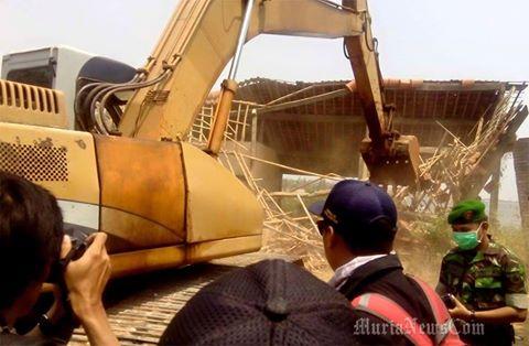 Warga Kecewa Hanya Tiga Bangunan Kosong di Pungkruk Yang Di Bongkar