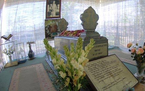 Peringati HUT Kemerdekaan, Tali Akrap Ziarahi Makam RMP Sosrokartono