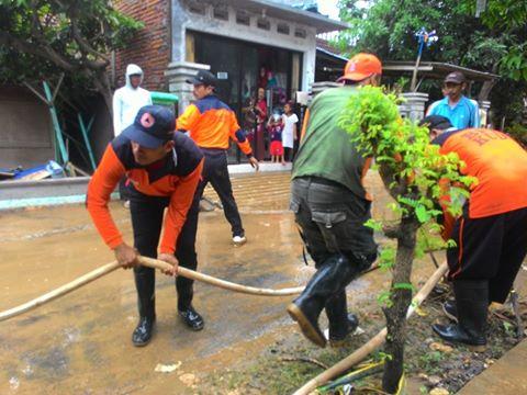 Ngeri !!! Banjir Bandang Wonosoco Kudus , Seret Mobil dan Motor