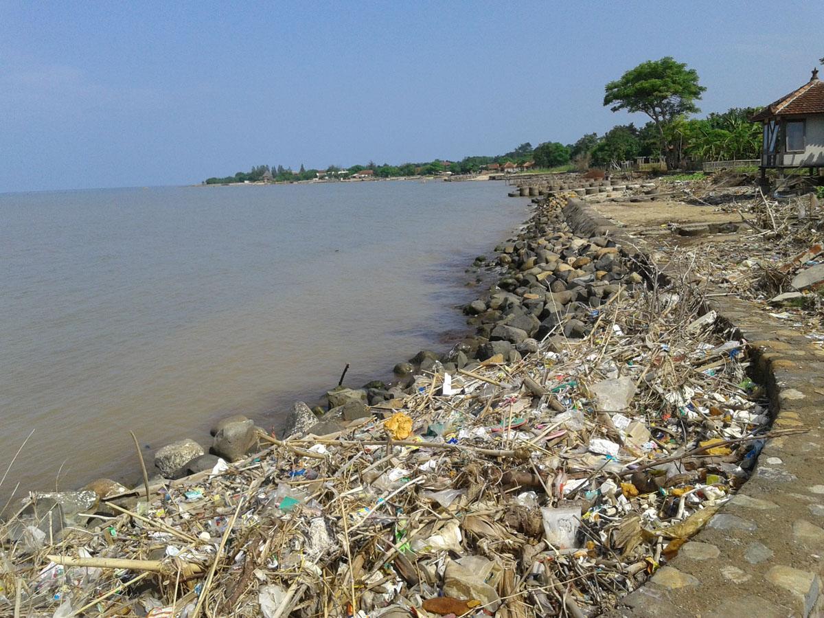 Waduh !!!! Musim Barat , Pantai Semat Kotor Sampah dari Tengah Menepi