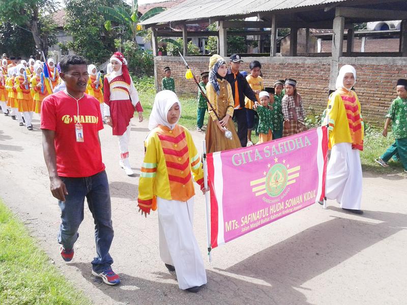 Drum Band MTs Safinatul Huda Sowan Kidul , Meriahkan Pembukaan Turnamen Voli di Kedungmalang