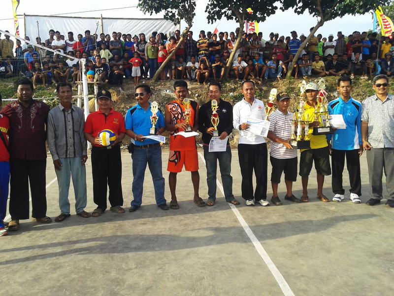 Pratikno Serahkan Piala Bergilir Wakil Bupati Jepara Turnamen Bola Voli Putra Maulana Kedungmalang