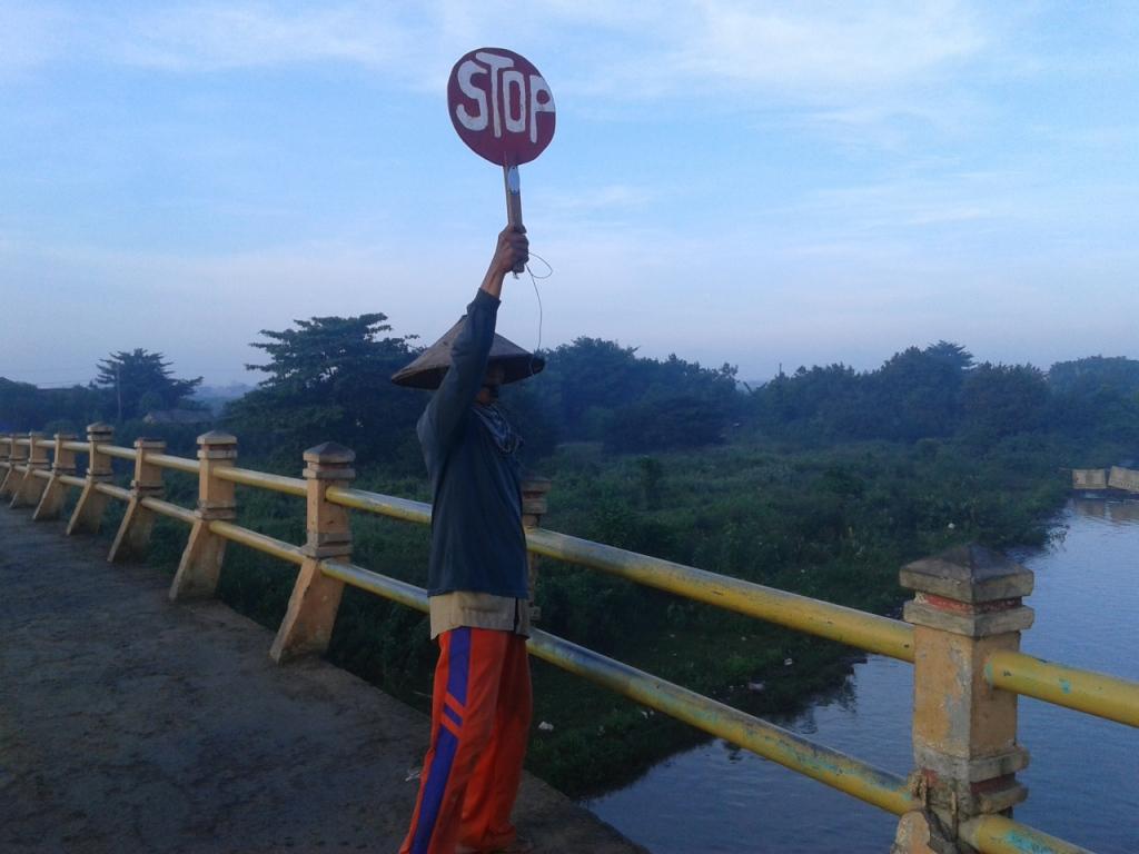 Mbah Nasirun ,  Pengatur Lalu Lintas  Jembatan Karangaji Jepara