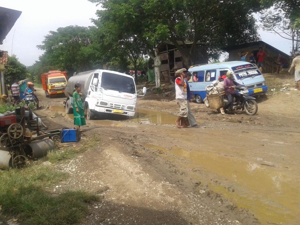 Warga desa Kedungmalang Kesal  , Jalan Raya Yang Melintasi Desanya Rusak Parah