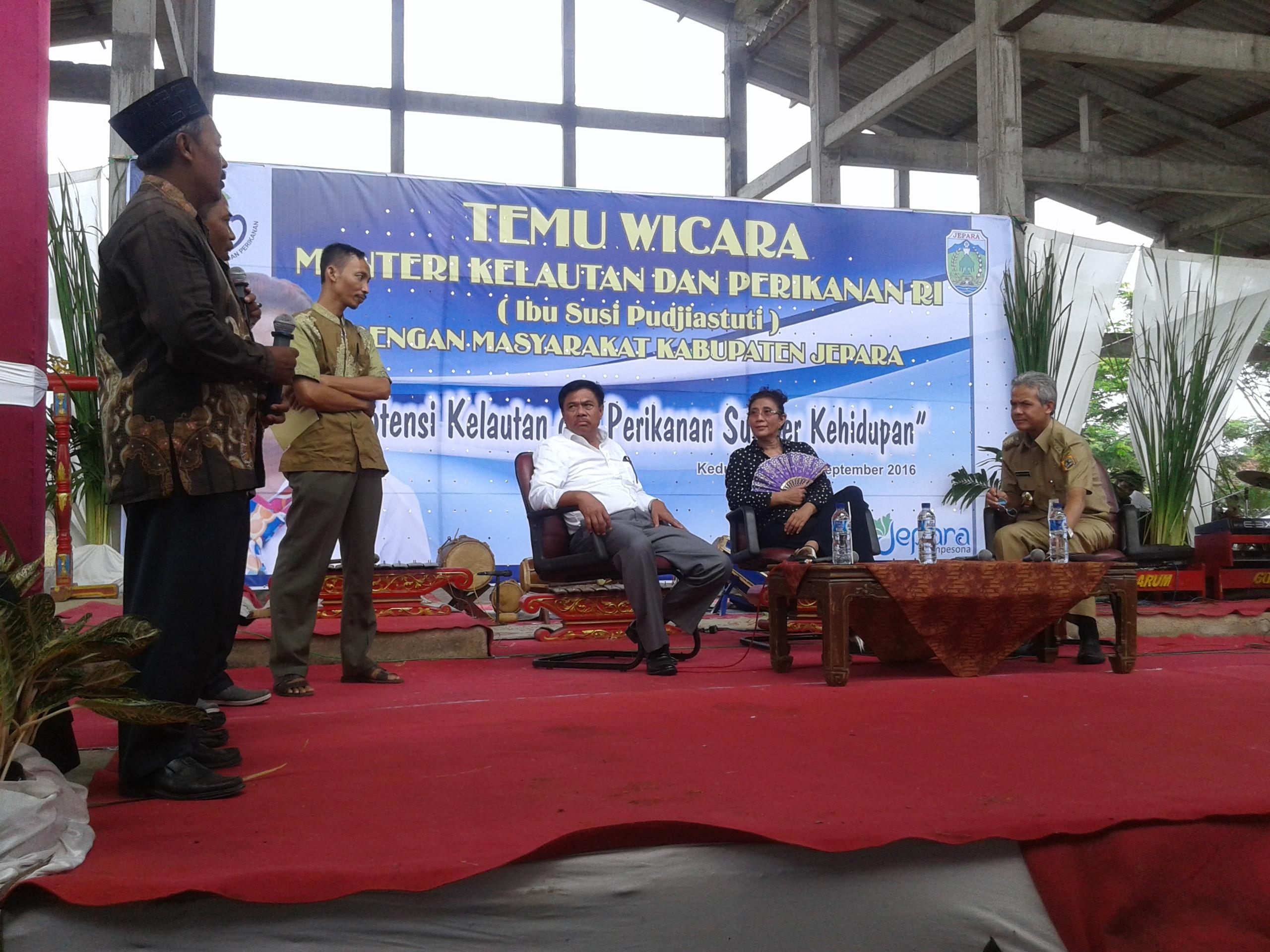 Normalkan Saluran Air Tambak, Menteri Susi Beri Bantuan Ekskavator Pada 2 Koperasi