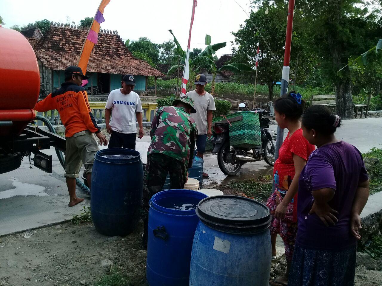 Tanggulangi Kekurangan Air Bersih  Kodim Demak Bersama BPBD Suplay ke Desa Bale Romo Dempet