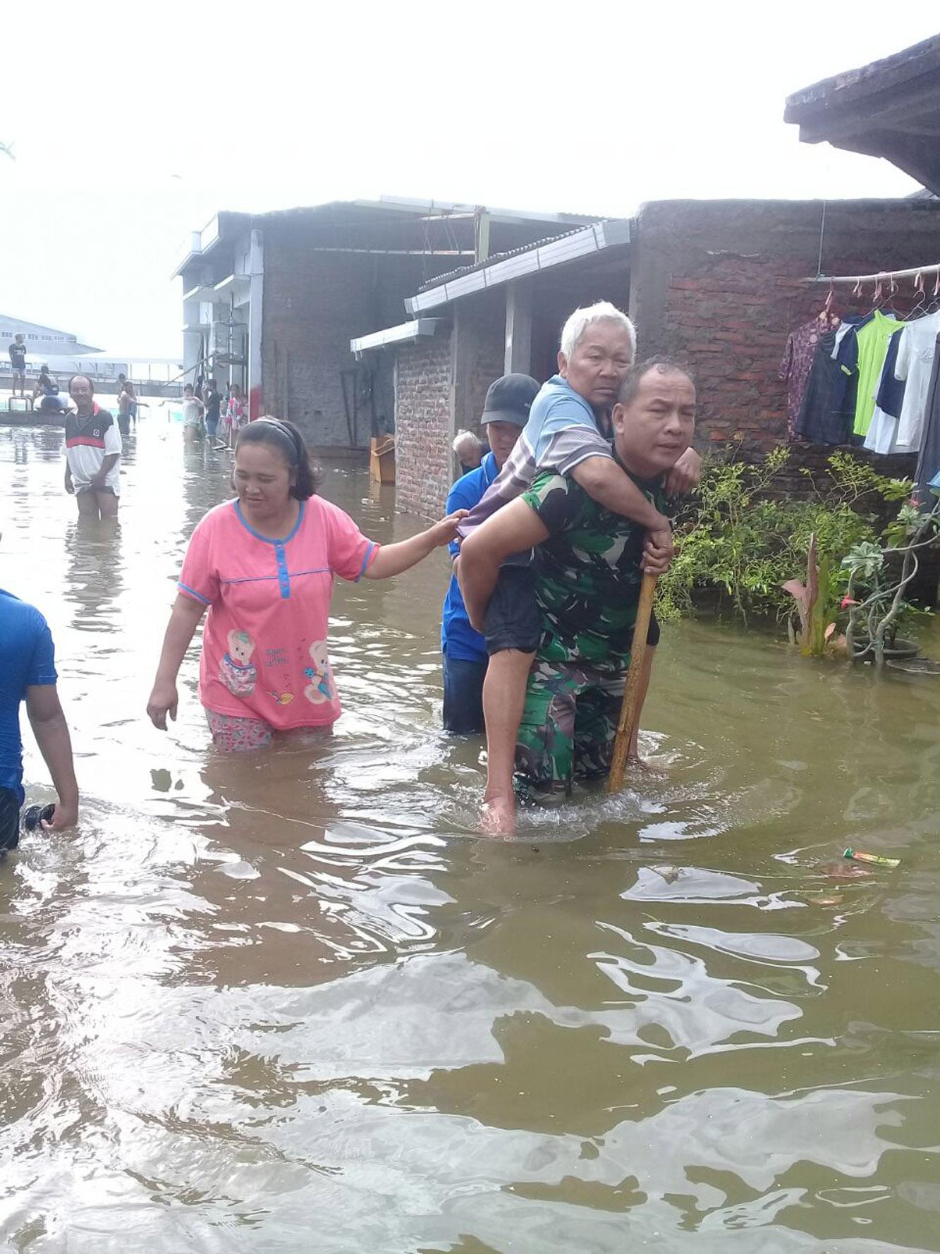Inilah Cerita Babinsa Gendong Mbah Darkum Saat Evakuasi Bencana Banjir Sayung