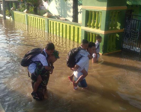 Banjir Sayung Demak , Tentara Gendong Pelajar Ke Sekolah