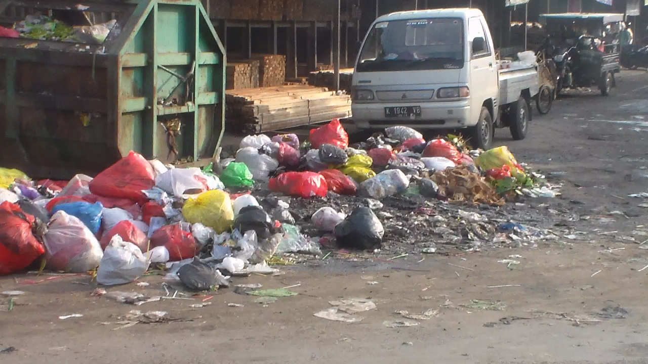 Memprihatinkan !!!!!! Tumpukan Sampah Di Belakang Pasar Pecangaan Ganggu Pengguna Jalan