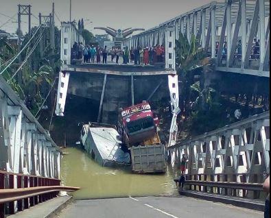 STOP PRESS,Jembatan Widang Tuban Ambruk, Arus Lalu Lintas Dialihkan