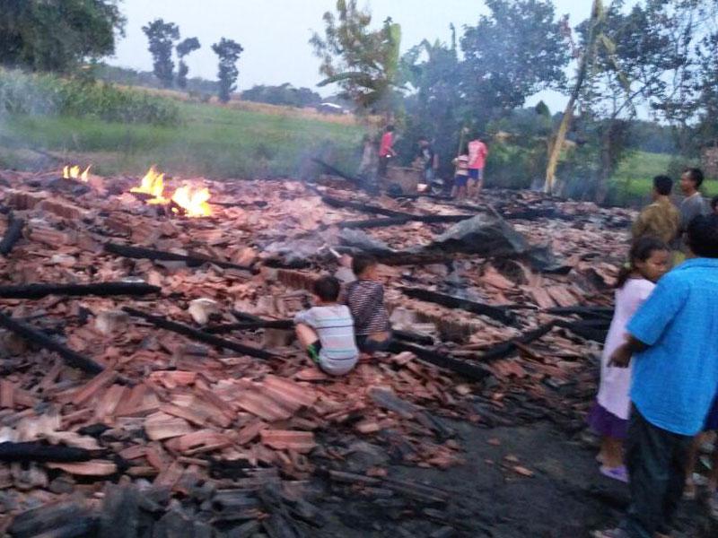 7 Rumah Di Desa Brambang Ludes dilalap Api Dugaan konsleting listrik