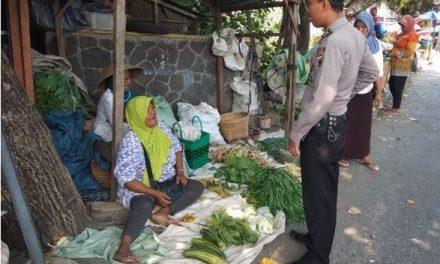 Atasi Kemacetan , Anggota Polsek Dempet Menghimbau Pedagang Agar Kembali Kedalam Pasar