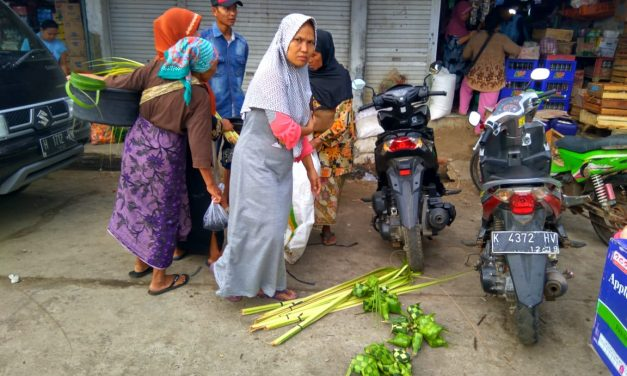 Tradisi Kupatan Membawa Berkah Pedagang Janur