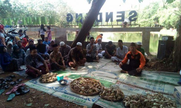 Bodo Kupat Di Sendang Kamulyan Gemulung Jepara  ,  Lepet Gratis Untuk Para Pengunjung