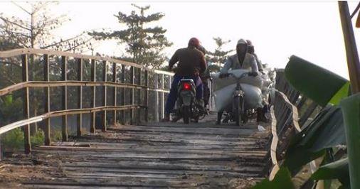 """Jembatan """"Mbungpis """" Gerdu Jepara Meski Lapuk , Masih Dilewati  Untuk Angkut Hasil Panen Padi"""