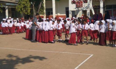 Hari Pertama Masuk Sekolah , Orang Tua masuk kelas Tunggui Siswa Baru