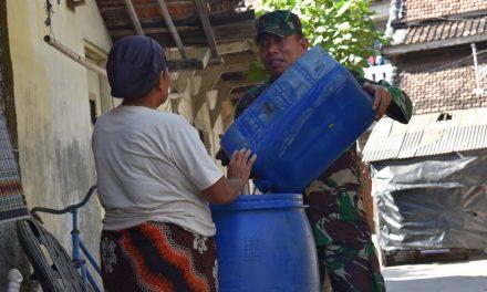 Sersan Mayor Purjio,  Rela Bagikan Air Bersih Dari Rumah Ke Rumah Yang Terdampak Kekeringan