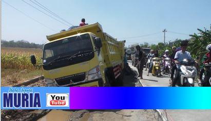 Truk Dump Terperosok di Jalan Raya Gerdu – Purwogondo , Hati –Hati Lalu Lintas Tersendat