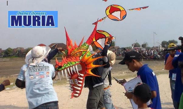 Layang Layang Naga dari Magelang , Pukau Penonton di Pantai Seribu Ranting Jepara