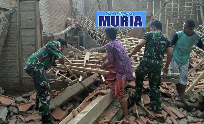 Rumah Warga Desa Banjar Agung Roboh , Tentarapun Tak Tinggal Diam Bantu Evakuasi