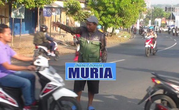 Ghofur Bantu Warga , Urai kemacetan Lalu Lintas di Pertigaan Lebuawu Jepara