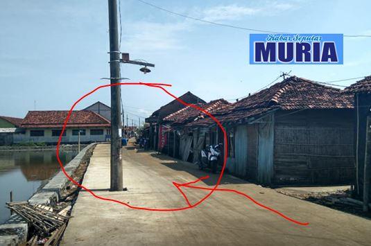 Waduh !!! Ada Tiga Tiang Listrik Di Badan Jalan Beton , Desa Babalan Demak