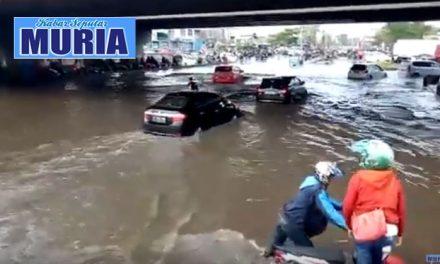 Hujan Deras Mengguyur Semarang , Lalu Lintas Jalan Kaligawe Lumpuh