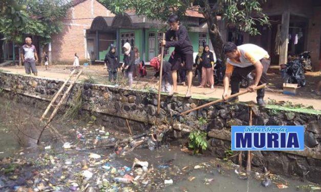 Mahasiswa KKN UMK Kudus di desa Tedunan Jepara , Ikut  Bersih Bersih Saluran Air