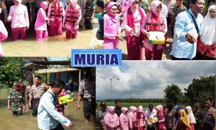 Ibu Ibu Bhayangkari Pati Terjang Banjir Serahkan Bantuan Ke desa Mintobasuki