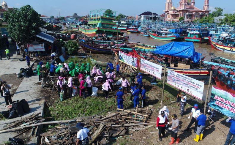 Peringati Hari Sampah,   Warga Pati Bersih Bersih Sungai Silugonggo di Desa Bendar