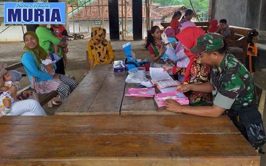 Ada Imunisasi Di Desa Samirejo Pati , Babinsa Ini Tak Mau Ketinggalan Dampingi Warga