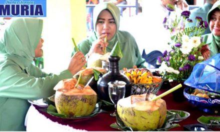 Keren !!!!!!  Ibu Ibu Ini Minum Air Kelapa Muda dengan Pelepah Pepaya