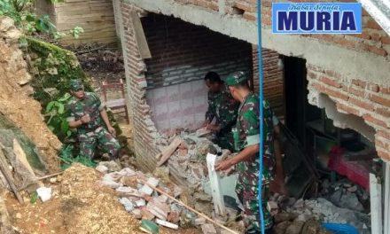 Di Pati Tembok Rumah Ambrol  Diterjang Banjir