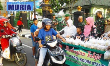 Pak Danramil 01/Blora Bersama Anggota Bagikan Takjil Gratis Kepada Pengguna Jalan