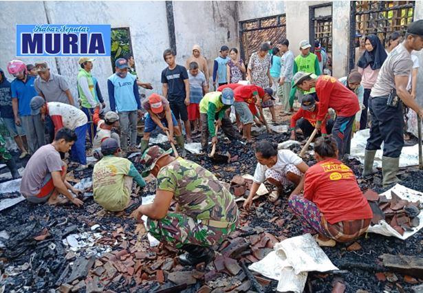 Habis Kebakaran Rumah  Parsini Dibersihkan Secara Gotong Royong