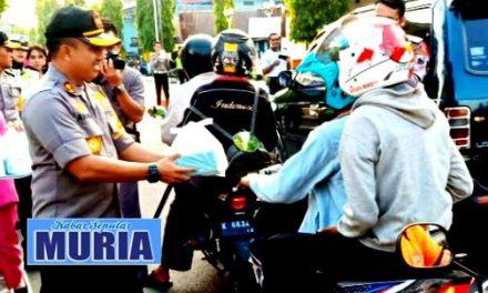 Di Blora Pak Polisi Bagi Bagi Takjil Untuk Warga