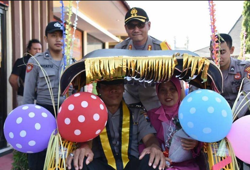 Unik !!!! Lepas Purna Tugas , 6 Anggota Purnawirawan Polres Demak Diantar Becak .